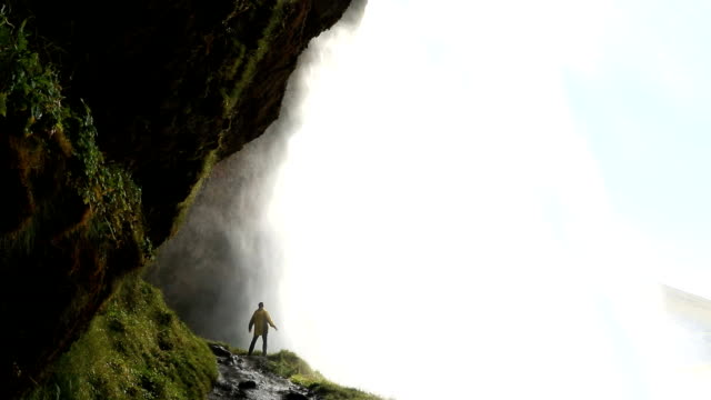 vídeos de stock e filmes b-roll de iceland seljalandsfoss waterfall male hiking travel mountain  - islândia