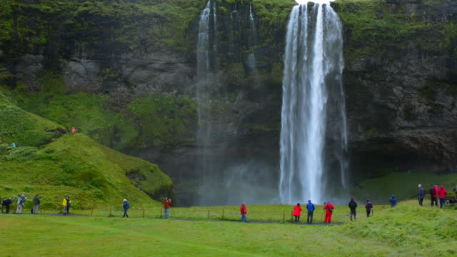 vídeos de stock, filmes e b-roll de iceland seljalandsfoss waterfalls famous water falls in south iceland with 180 feet or 60 metres fall of water - cachoeira de seljalandsfoss