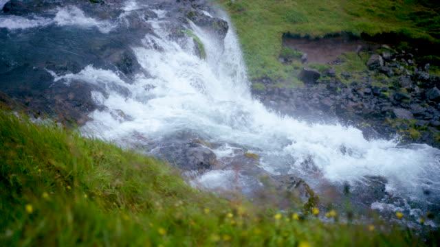 vidéos et rushes de iceland waterfall - mise au point au second plan