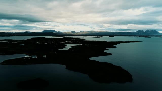 干潮時にアイスランドの海岸。航空写真ビュー - 潮流点の映像素材/bロール