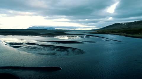 vídeos de stock e filmes b-roll de icelandic coast during low tide. aerial view - islândia