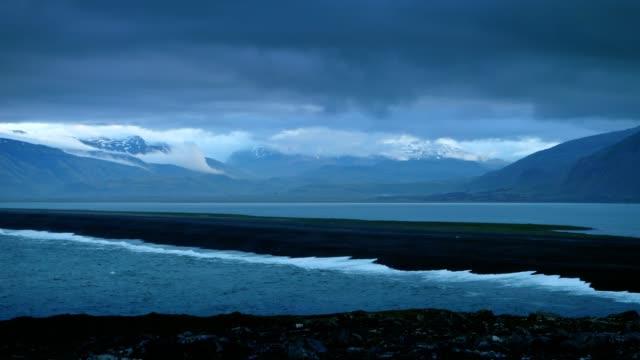 干潮時にアイスランドの海岸。日没後