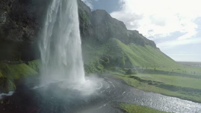 Paisagem islandesa. Cachoeira de Skogar. Luz solar cria clarões de lente