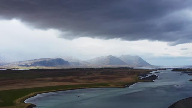 isländische natur. berge und seen - seeufer stock-videos und b-roll-filmmaterial