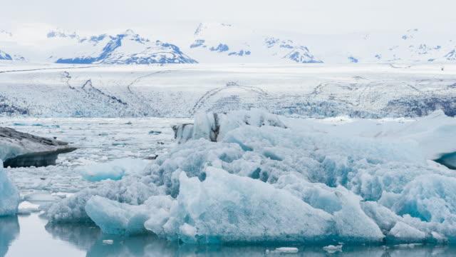 Lago glaciar de Islandia con témpanos que flotan en el agua