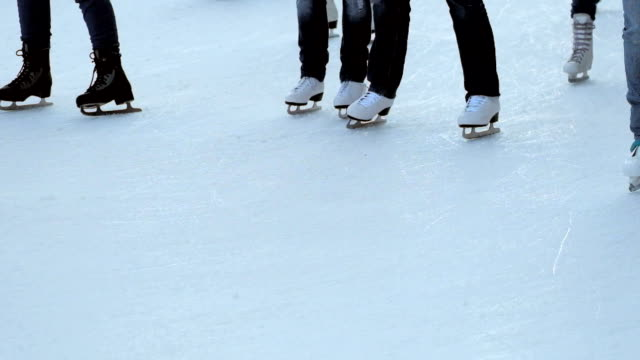 vídeos de stock e filmes b-roll de patinagem no gelo - pista de patinagem no gelo