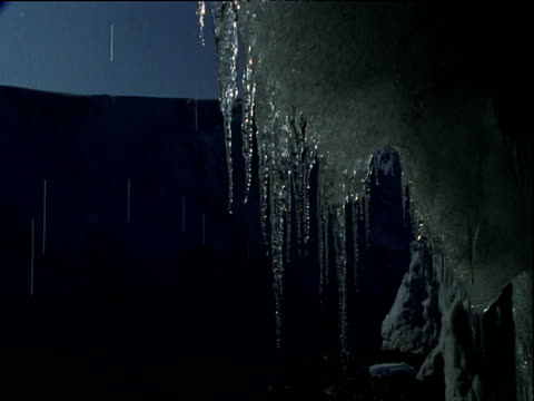 vídeos de stock, filmes e b-roll de icicles drip and melt, glacier in background, antarctica. - neve derretida