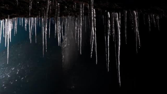vídeos de stock, filmes e b-roll de gotejamento dos icicles na caverna de gelo - pingente de gelo