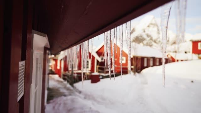 vídeos de stock, filmes e b-roll de gelo derrete em vila de pescadores nas ilhas lofoten no inverno - pingente de gelo