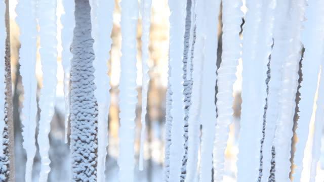vídeos de stock, filmes e b-roll de pingentes de gelo, a temperatura externa exibindo negativo temperatura - termômetro