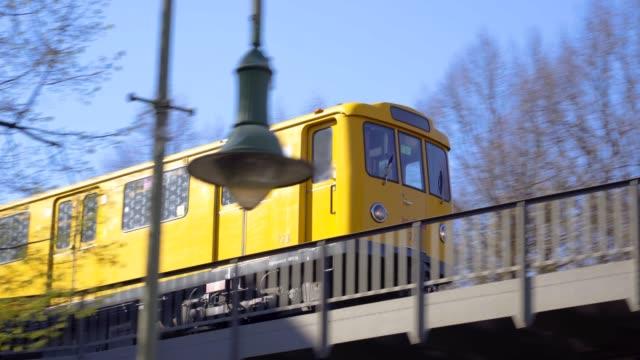 ikonische berliner u-bahn - öffentliches verkehrsmittel stock-videos und b-roll-filmmaterial