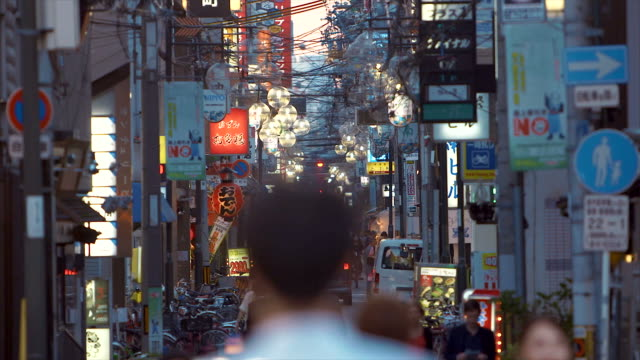 iconica dotonbori via - zona pedonale strada transitabile video stock e b–roll