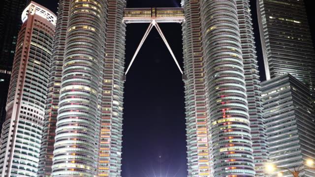 stockvideo's en b-roll-footage met iconische petronas twin towers - kuala lumpur, maleisië - petronas twin towers