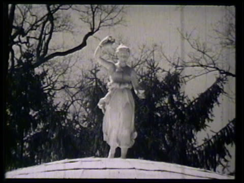 stockvideo's en b-roll-footage met iconic whitecolumned springhouse of sulphur water springs at the greenbrier statue above springhouse vs group of female guests standing outside... - neoklassiek