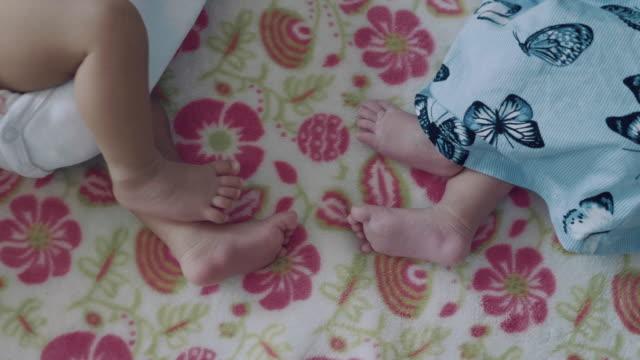 Jumeau bébé garçon et fille dormant