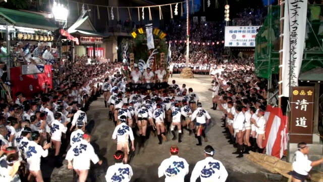 vídeos de stock, filmes e b-roll de ideo footage taken on july 15 shows teams of scantily clad participants bearing large ornately decorated floats as they race through fukuoka at the... - prefeitura de fukuoka