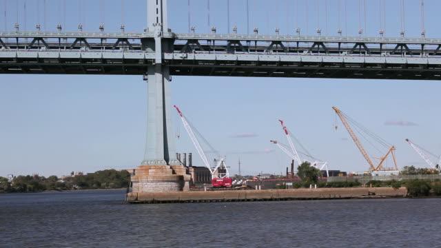 ws idle cranes in harbor under the benjamin franklin bridge / philadelphia, pennsylvania, united states - ベンフランクリン橋点の映像素材/bロール