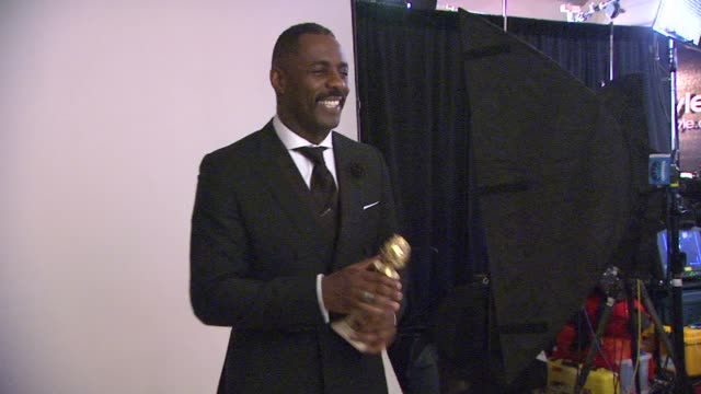 vidéos et rushes de idris elba at 69th annual golden globe awards - backstage portrait studio in beverly hills, ca, on 1/15/12 - golden globe awards
