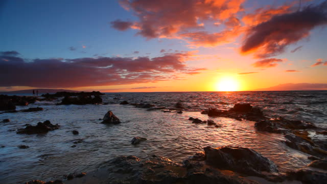 idyllci maui sunset - pacific ocean, hawaii - hawaii islands stock videos & royalty-free footage