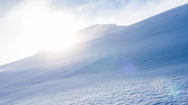 idyllische und ruhige winterlandschaft in verschneiten bergen - freistil skifahren stock-videos und b-roll-filmmaterial