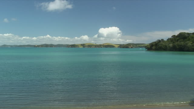 vidéos et rushes de ws pan idyllic bay, bay of islands, new zealand - bay of islands nouvelle zélande