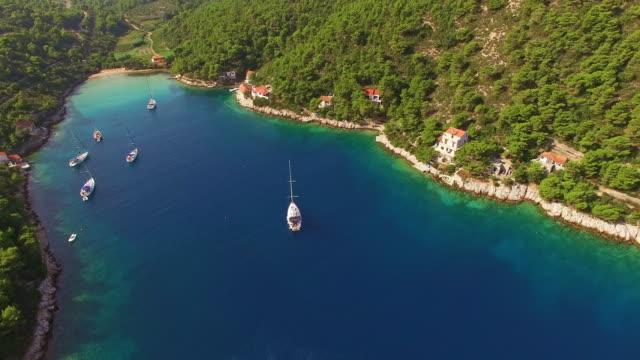 Luftaufnahme der idyllischen Bucht auf einer Insel in Kroatien