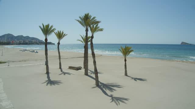 vídeos y material grabado en eventos de stock de idyllic beach landscape with no people at benidorm spain during coronavirus lockdown state of emergency 2020 - cultura mediterránea
