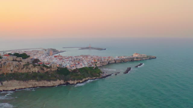 vídeos de stock e filmes b-roll de ws aerial view idyllic coastal town and sea at sunset, vieste, italy - itália