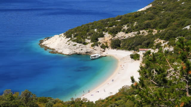 hd : のどかな地中海のビーチ - ツレス点の映像素材/bロール