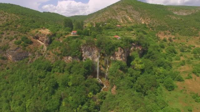 vídeos de stock, filmes e b-roll de lugar idílico com cachoeira/antena - bulgária