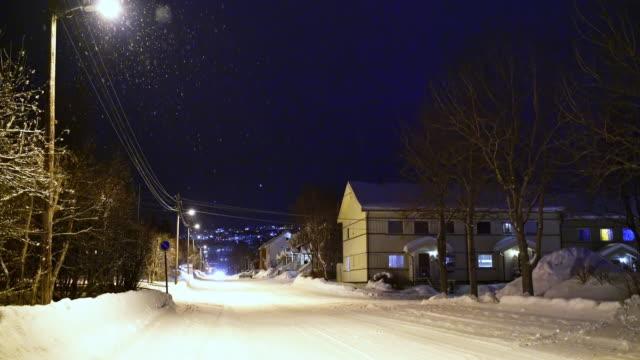 vídeos de stock e filmes b-roll de ds idyllic snowy town kirkenes - floco de neve