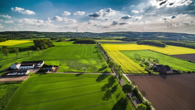 idilliaco paesaggio primaverile in germania - vista aerea - orizzonte su terra video stock e b–roll