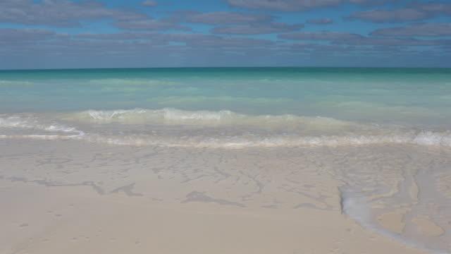 vidéos et rushes de plage de sable tropicale idyllique, cayo coco, cuba - cinémagraphie