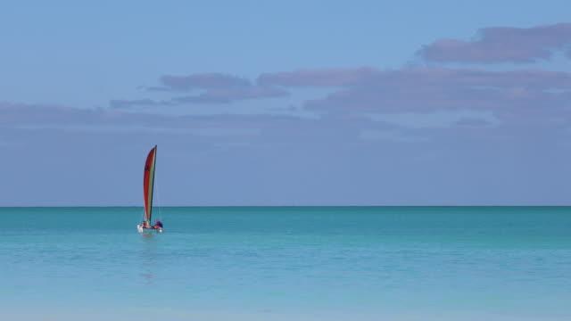 idyllischen tropischen sandstrand, cayo coco, kuba - wassersport stock-videos und b-roll-filmmaterial
