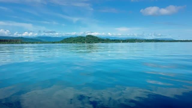 vidéos et rushes de vue idyllique sur les îles tropicales. océan bleu et jungle verte - vue du sol