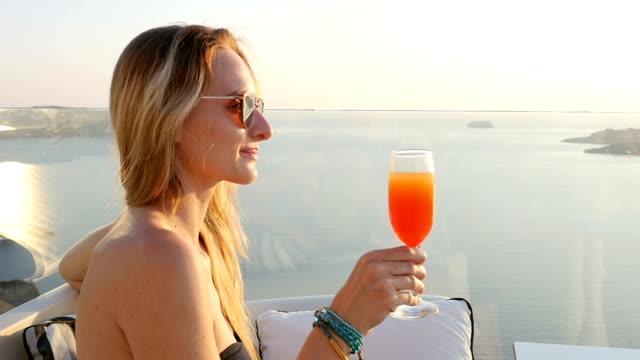 vidéos et rushes de vue idyllique & volcan & boisson fraîche - lunette soleil