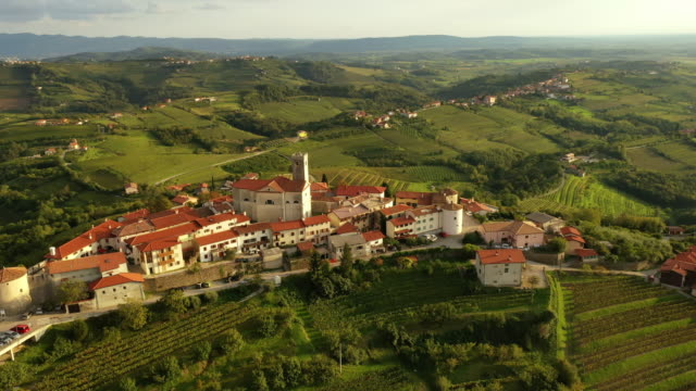 vídeos y material grabado en eventos de stock de aerial pueblo idílico en la cima de una colina - multicóptero
