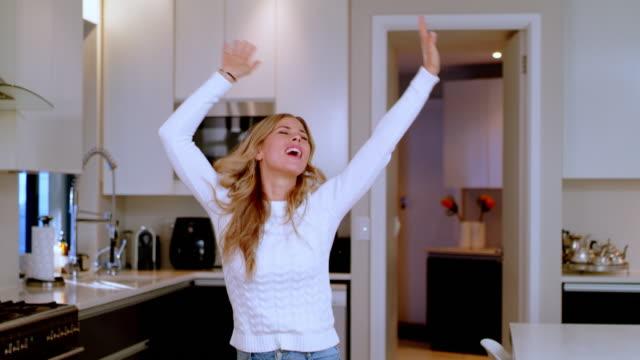 vidéos et rushes de si elle n'inspire pas la danse ce n'est pas votre chanson préférée - euphorie
