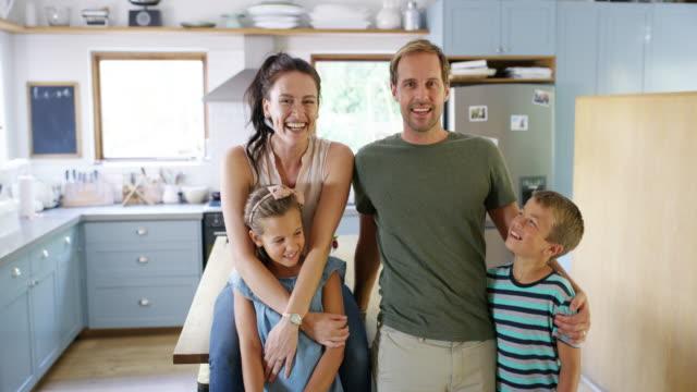 もし彼らが幸せなら、私も幸せだ - 兄弟点の映像素材/bロール