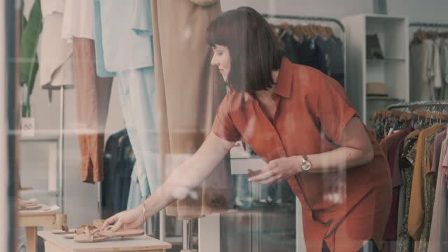 vídeos y material grabado en eventos de stock de si tu armario lo necesita, ella lo tiene. - escaparate de tienda