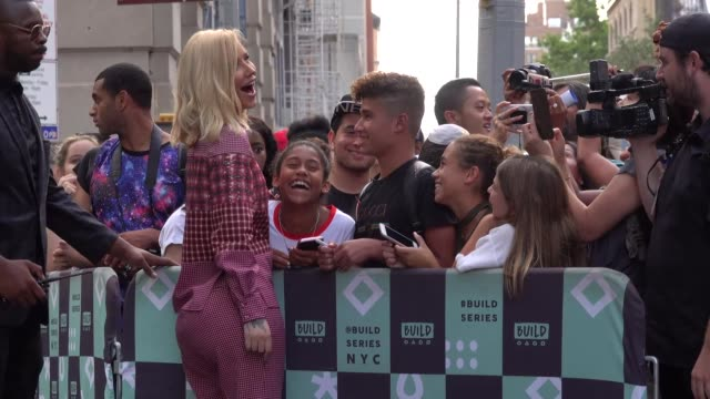 stockvideo's en b-roll-footage met iggy azalea signs autographs for fans as she leaves build series in new york city in celebrity sightings in new york - signeren