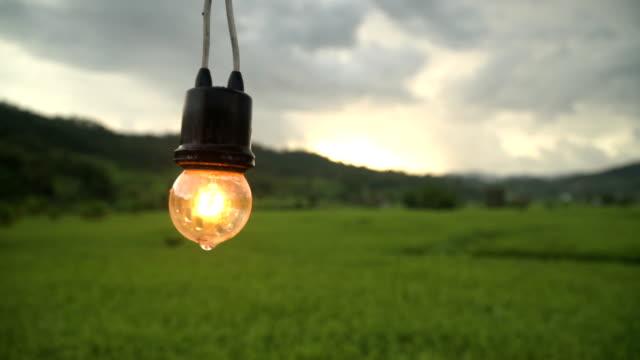 nach regen kommt das licht zu entzünden - electric lamp stock-videos und b-roll-filmmaterial