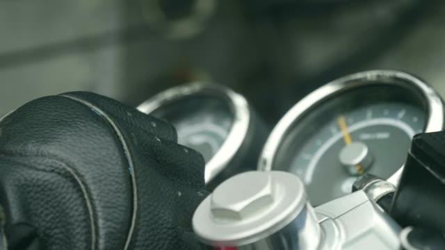 vídeos de stock e filmes b-roll de ignition key in motorcycle - começo