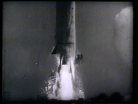 vidéos et rushes de ignition of space rocket thrusters for launching, rocket lifting. vs rocket lifting upwards from launch area , flying & lifting through sky. space... - 1952