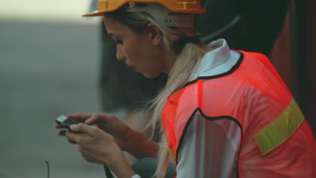 ignorieren der arbeit - manufacturing occupation stock-videos und b-roll-filmmaterial