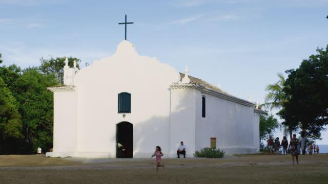 vídeos de stock, filmes e b-roll de ms igreja de sao joao batista / trancoso, brazil - cidade pequena