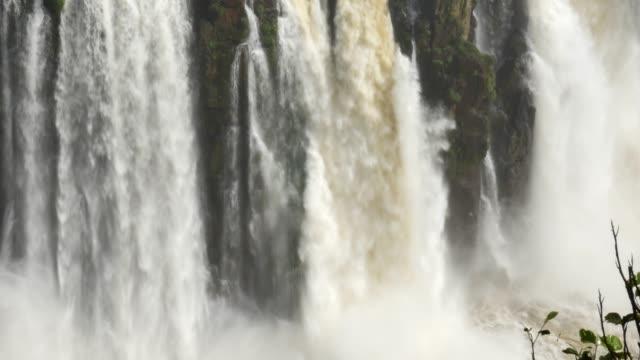 vídeos y material grabado en eventos de stock de cataratas del iguazú, en la frontera de brasil y argentina - cataratas del iguazú