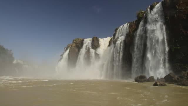 vídeos y material grabado en eventos de stock de iguazu falls viewed from the iguazu river - cataratas del iguazú