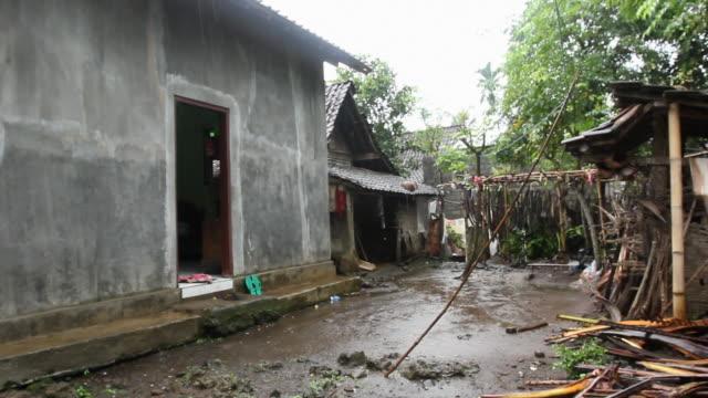 ms ijen village with rain / ijen, java, indonesia - 濡れている点の映像素材/bロール