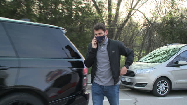 iker casillas avoids confirming or denying the rumors of divorce from sara carbonero claiming that she is talking on the phone - サラ カルボネロ点の映像素材/bロール